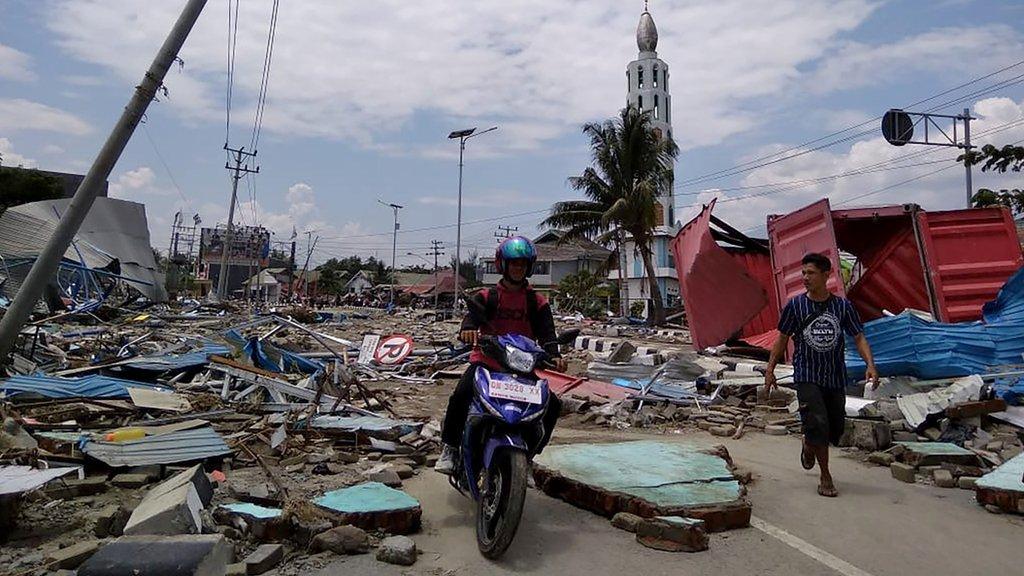 地震引發海嘯,巨浪衝擊過後的帕魯市區一片殘桓