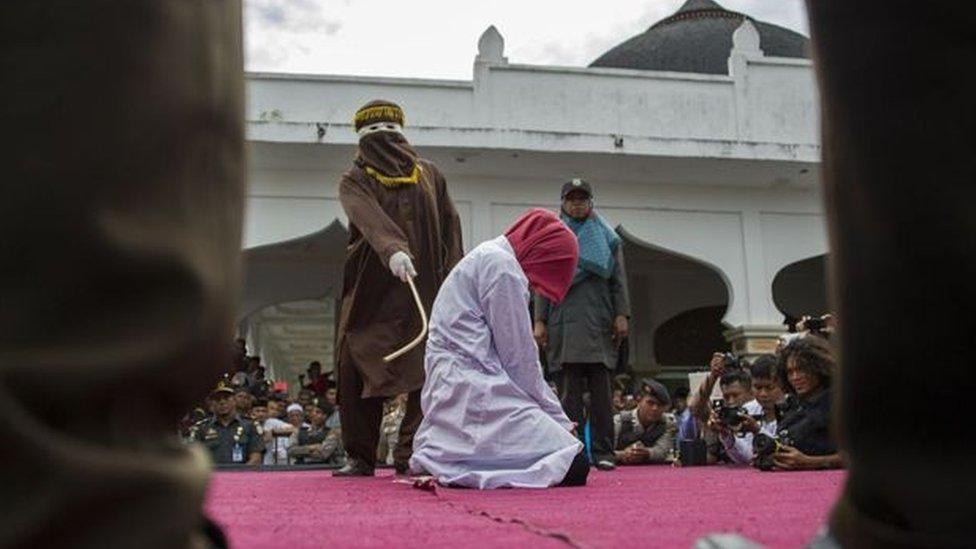 عقاب امرأة في مكان عام
