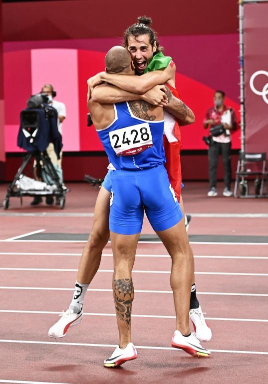 Gianmarco Tamberi se abraza con Lamont Marcell Jacobs