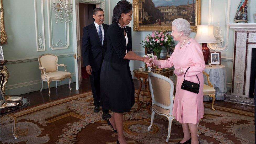 Michelle Obama greeting the Queen at Buckingham Palace on 1 April 2009