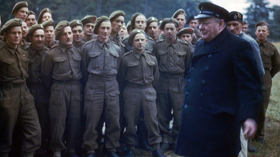 El entonces primer ministro británico Winston Churchill con soldados durante la Segunda Guerra Mundial.