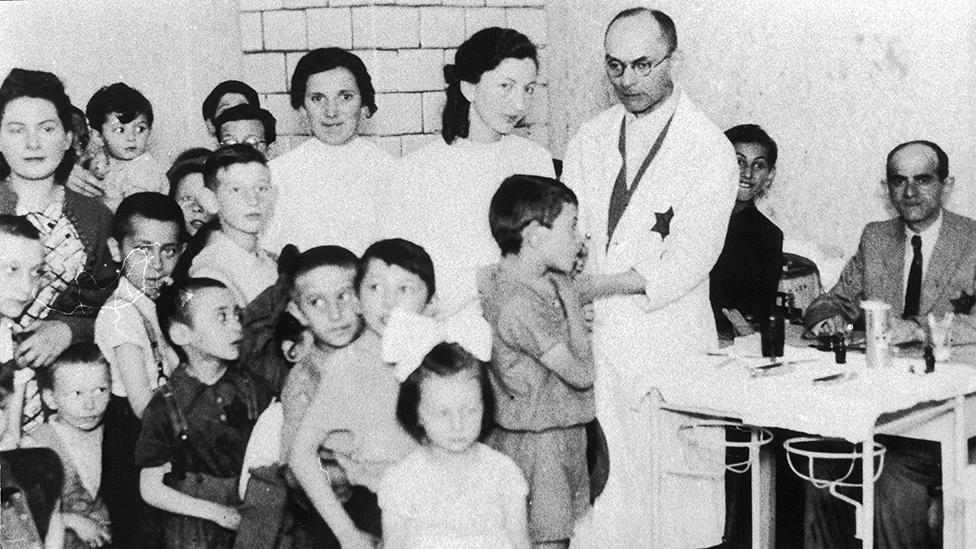 Un médico judío atendiendo a niños en el gueto de Varsovia