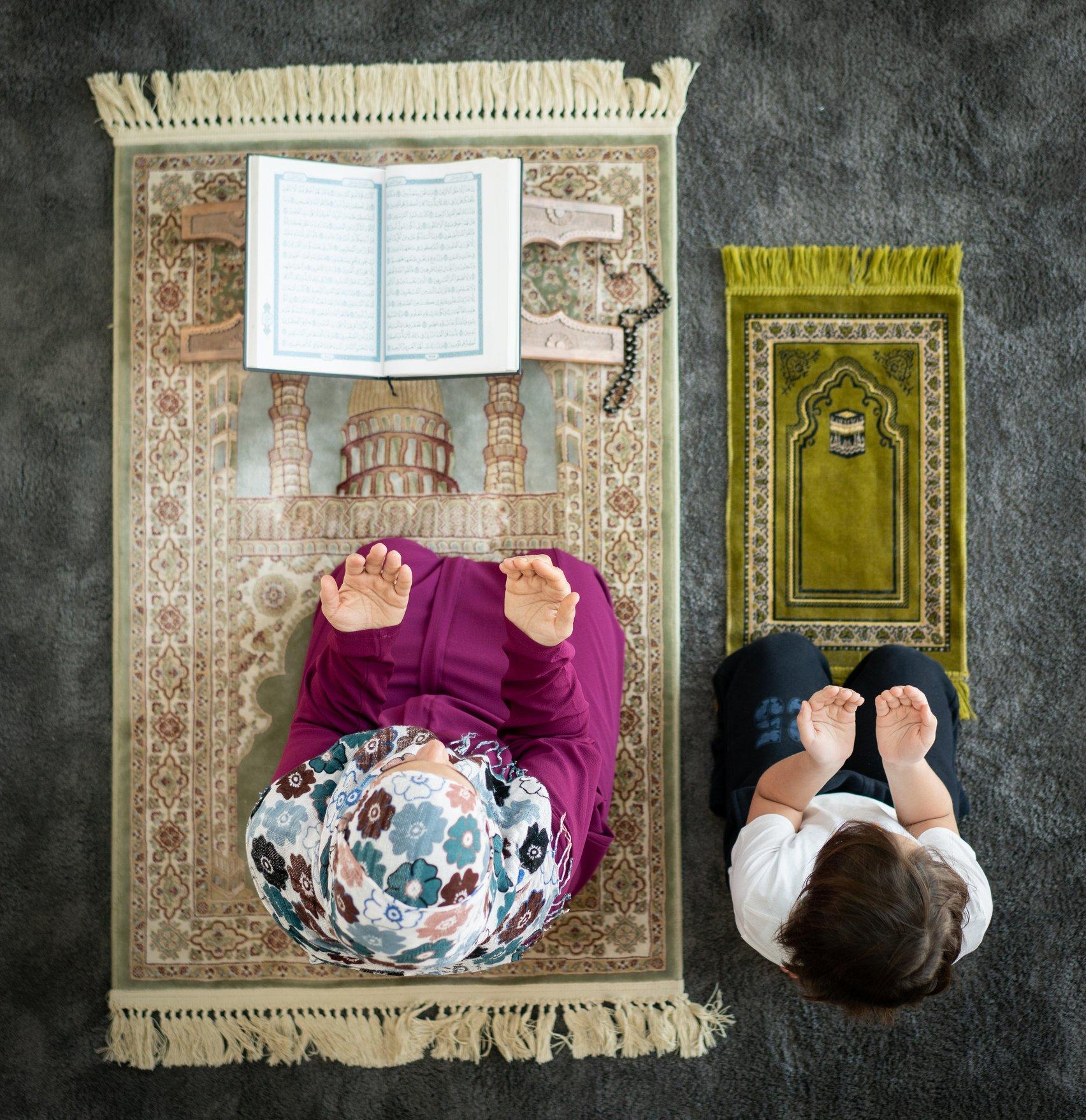 Una madre y su hijo rezando
