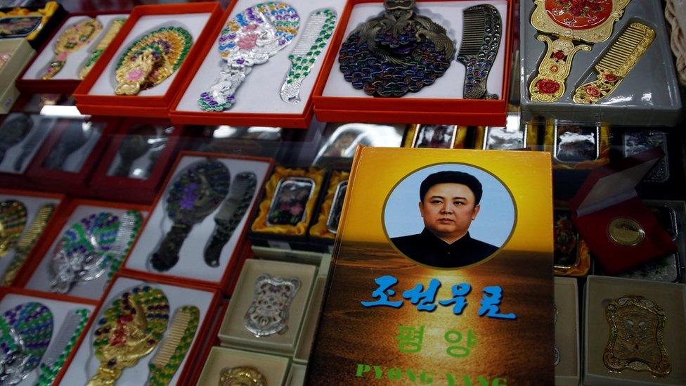Loja em Dangdon, China, onde milhares de norte-coreanos vivem, exibe retrato do ex-líder Kim Jong-il