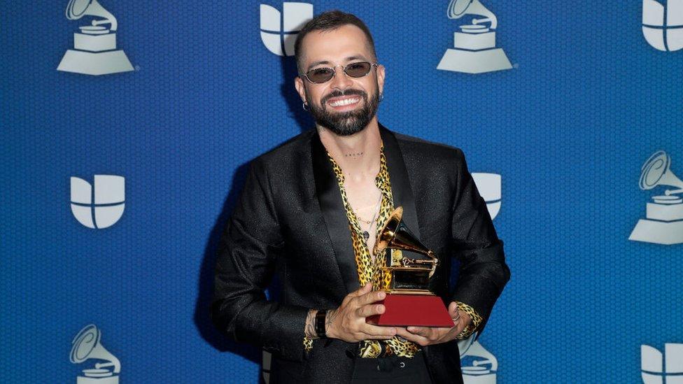 Mike Bahía con su premio al Mejor Artista Nuevo
