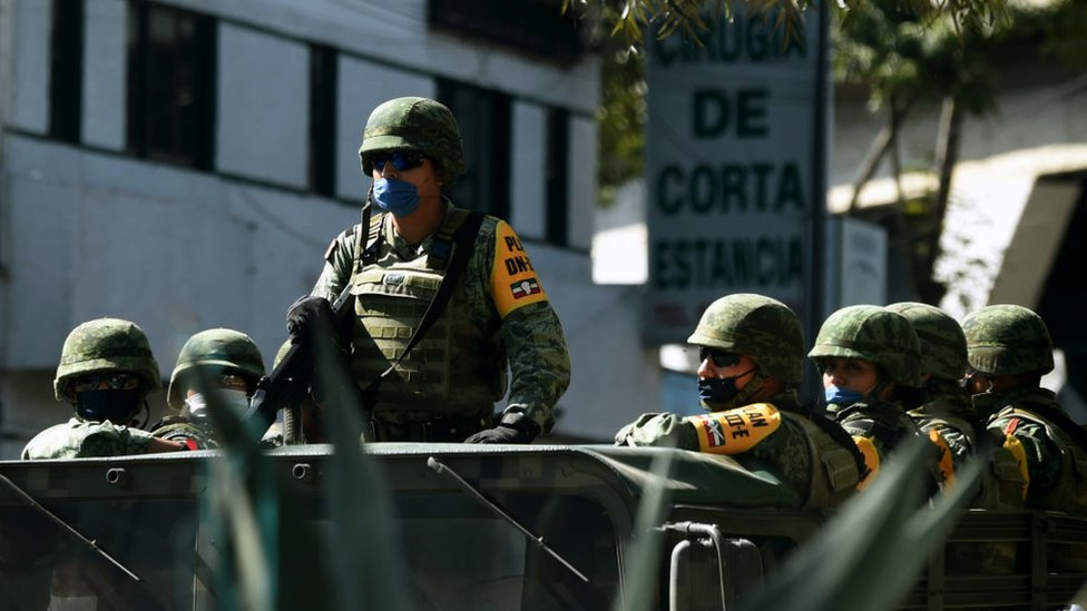 Militares junto a una clinica en CDMX