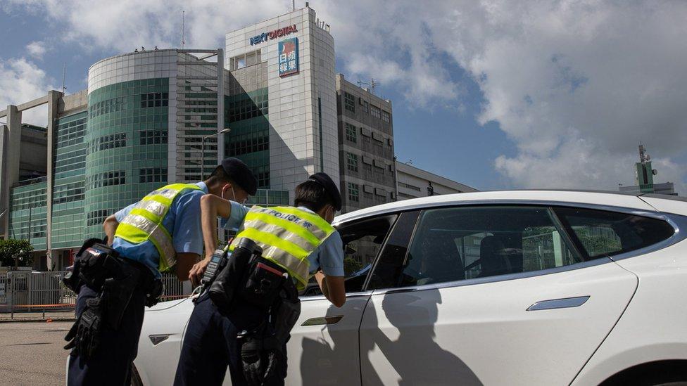 香港警察在將軍澳壹傳媒總部暨《蘋果日報》報社大樓外攔停車輛(17/6/2021)