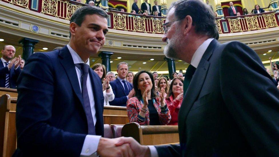 Pedro Sánchez y Mariano Rajoy se saludan en el Congreso.