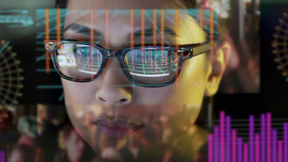 Devojčica iz Azije uči uz kompjuter