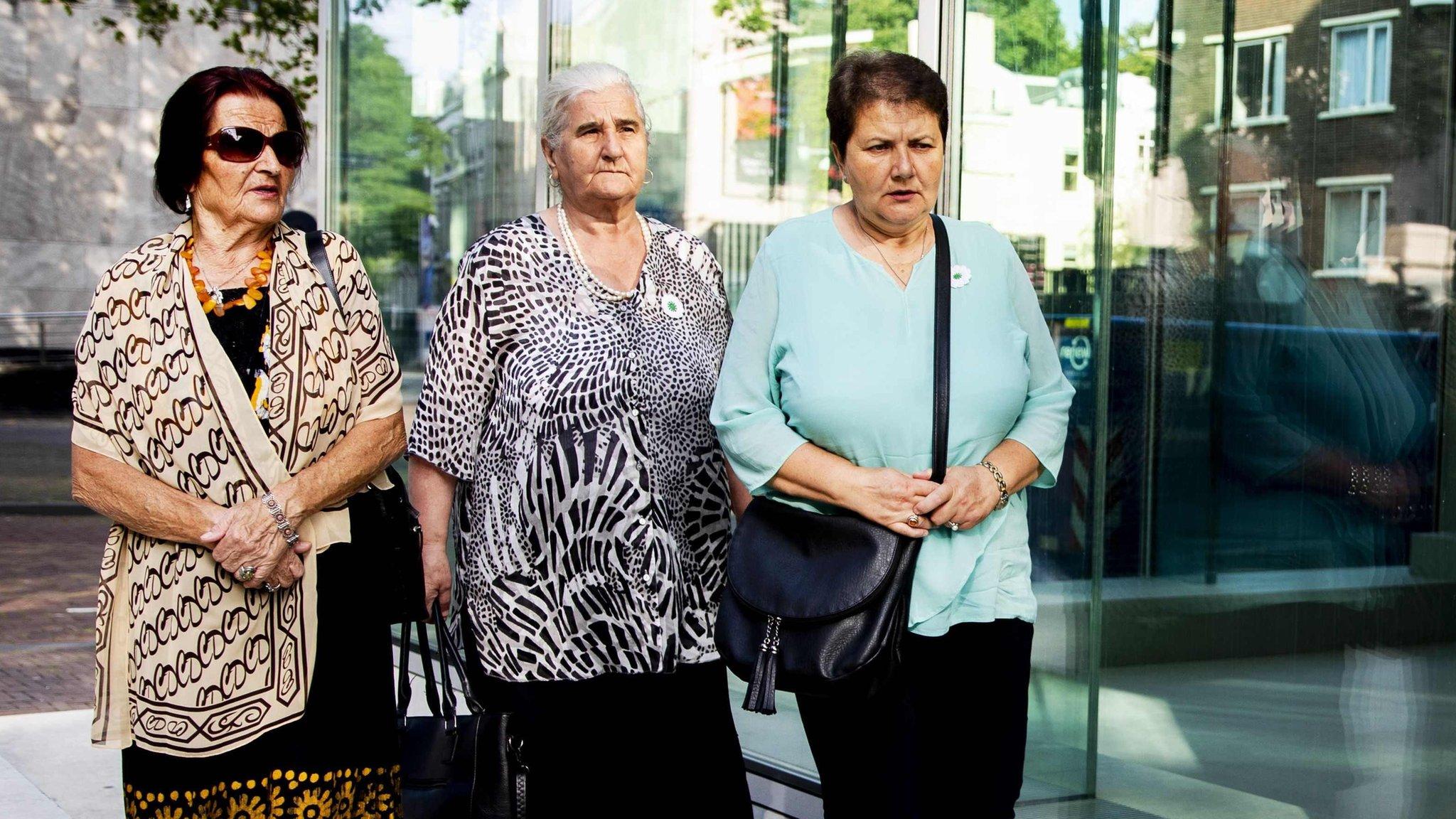 'Ibu-ibu Srebrenica' sedang menuju Mahkamah Agung Belanda yang mengadili kasus ini 19 Juli 2019