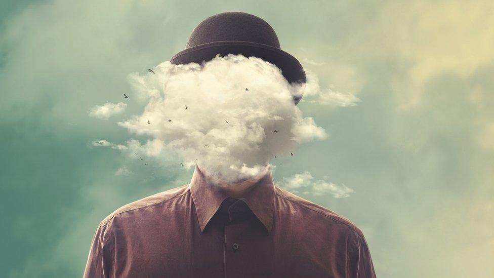 Dibujo de un hombre con una nube en vez de cabeza.