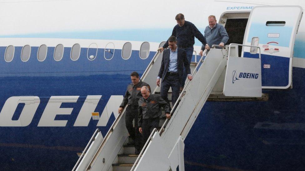 Pilotos de prueba bajan del nuevo Boeing 777X
