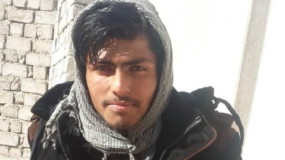 Shafiullah, de 16 años, le pagó a Noor para que lo llevara a Europa