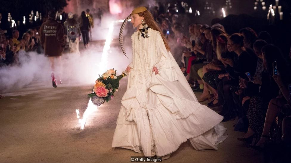 Koleksi Gucci Cruise 2019 yang menampilkan gaun pesta gaya 80an.