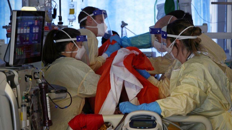Médicos asisten a un paciente con covid severo en el hospital Queen Alexandra en Portsmouth, sur de Inglaterra, marzo 2021