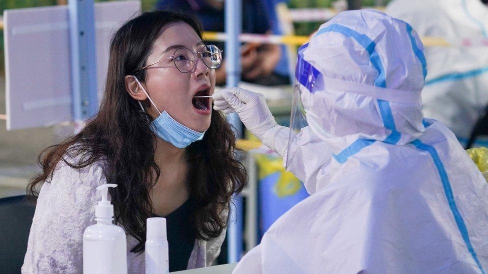 南京市民在玄武區新街口街道北門橋社區核酸檢測點進行核酸檢測取樣(新華社圖片29/7/2021)