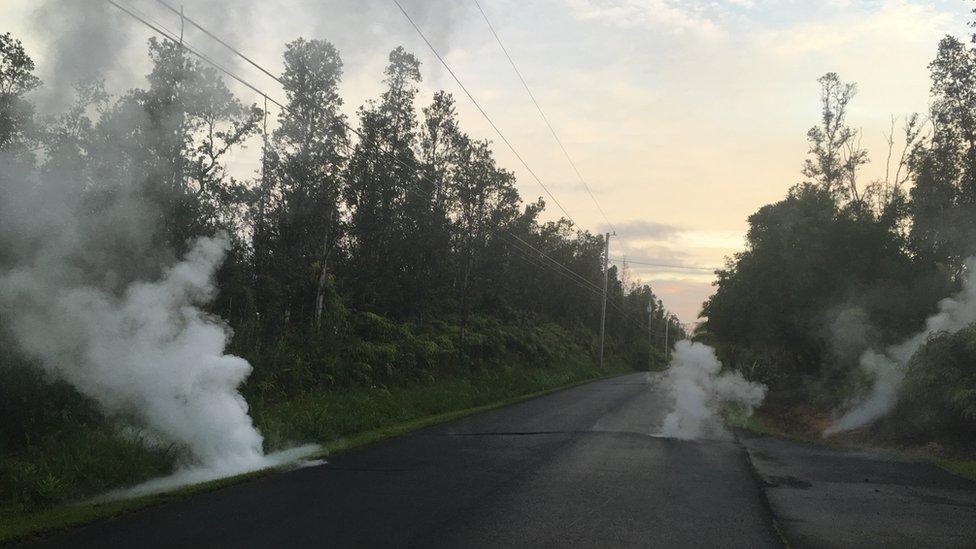 Fisuras en una carretera de la isla grande de Hawái