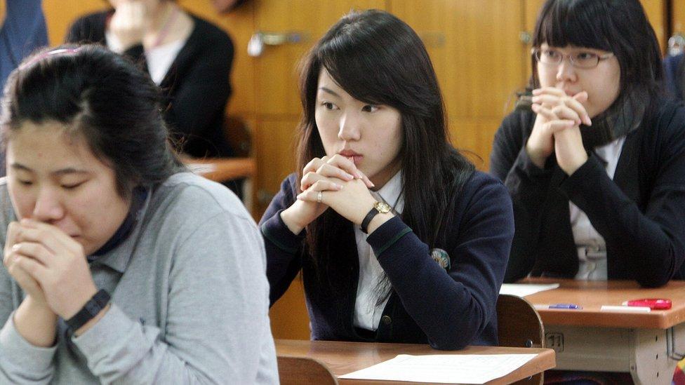 Los estudiantes se preparan para comenzar ocho horas de exámenes