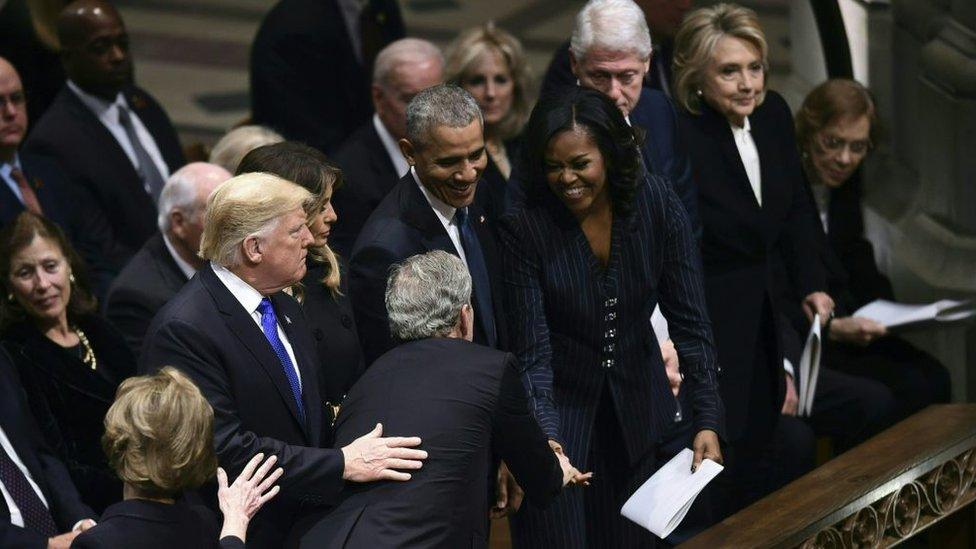 George W. Bush se acercó a saludar a cada uno de los presentes en la primera fila.