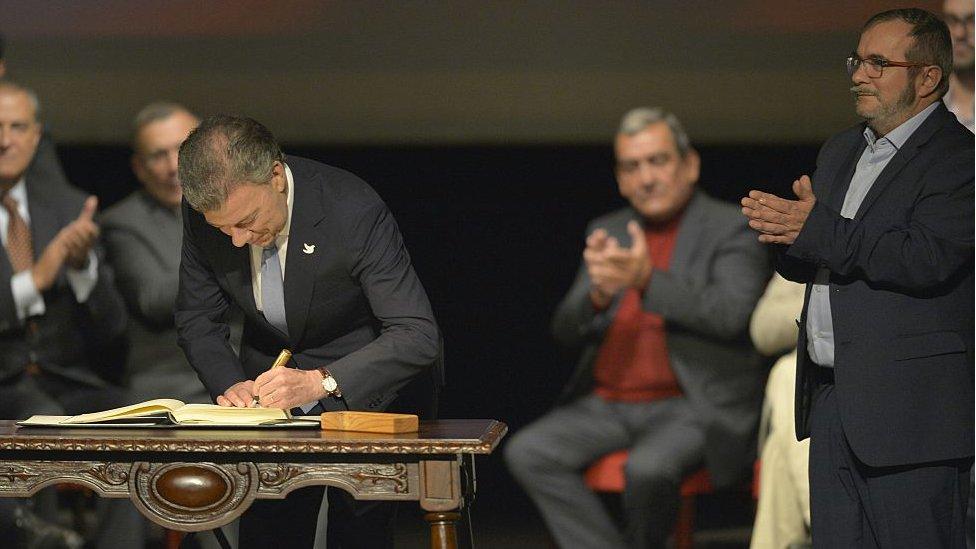 Santos firma la paz frente a Timochenko.