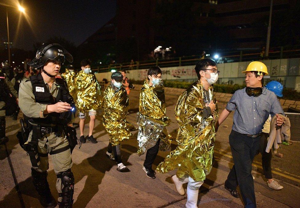11月19日晚間,部分抗議者走出香港理工大學校園。