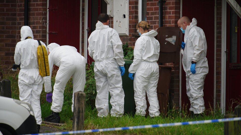 Equipo forense en la escena del crimen en Keyham, Plymouth.