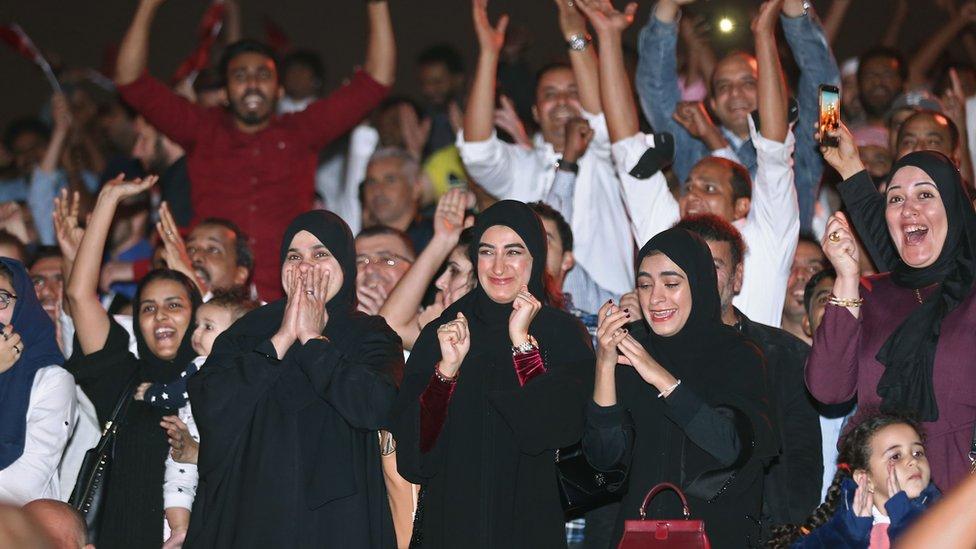 قطريون يتابعون المباراة في الدوحة