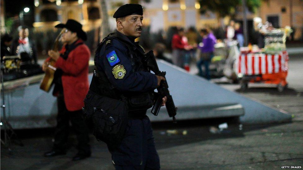 Fuerte presencia policial en Plaza Garibaldi después del tiroteo.