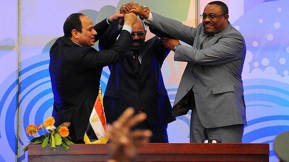 هايلي ماريام ديسالين رئيس وزراء إثيوبيا السابق (الأول من اليمين) والرئيس السوداني عمر البشير والرئيس المصري عبد الفتاح السيسي يرفعون أياديهم المتشابكة.