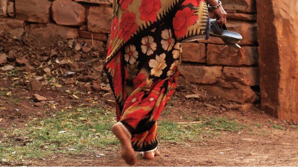 चंबल के गांव जहां औरतें नहीं पहनतीं मर्दों के सामने चप्पल