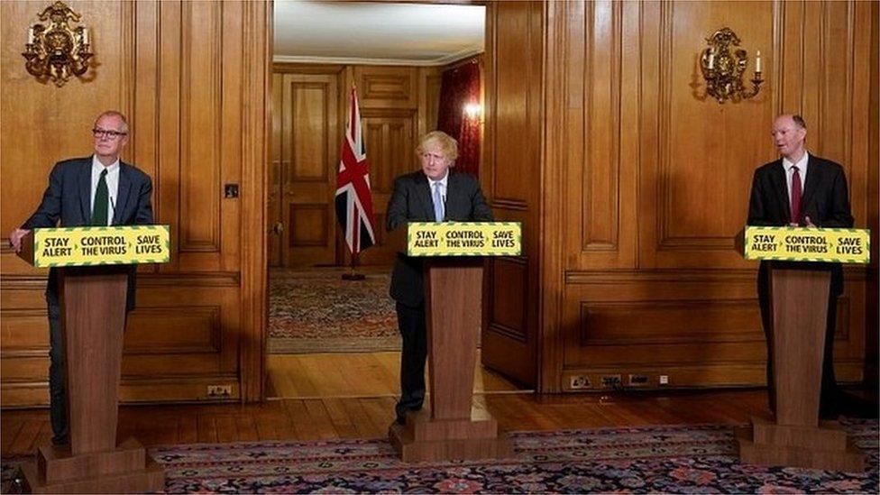 Sir Patrick Vallance, Boris Johnson e Prof Chris Whitty