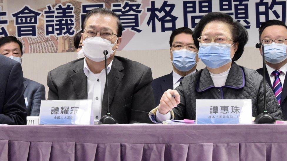 中國全國人大常委譚耀宗(左)與全國人大常委會香港基本法委員會副主任譚惠珠(右)在香港出席記者會(中新社圖片12/11/2020)