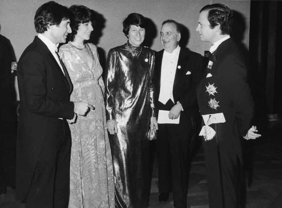Baruj Benacerraf (en el centro) durante la ceremonia de presentación del Nobel con su esposa, Annette, su única hija, Beryl, su yerno Peter Libby (padres de Oliver) y el rey Carlos Gustavo de Suecia (derecha).