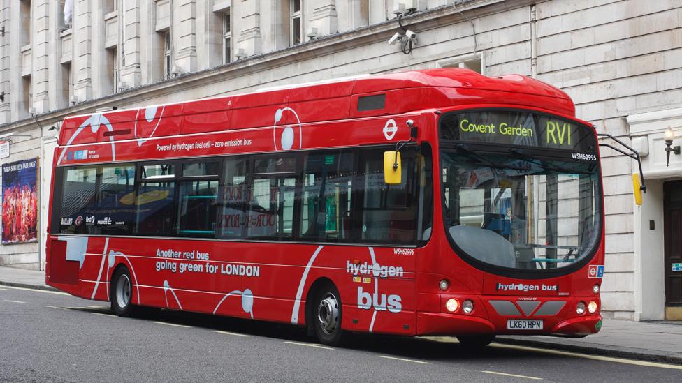 Autobús a hidrógeno en una calle de Reino Unido