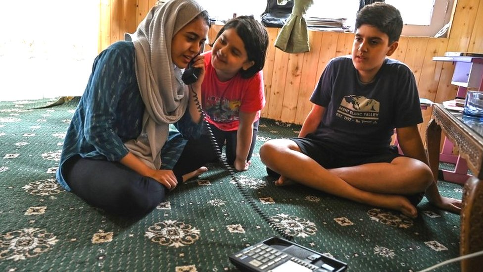 कश्मीर घाटी में पाबंदियों के बीच आज स्कूल खोलने की तैयारी
