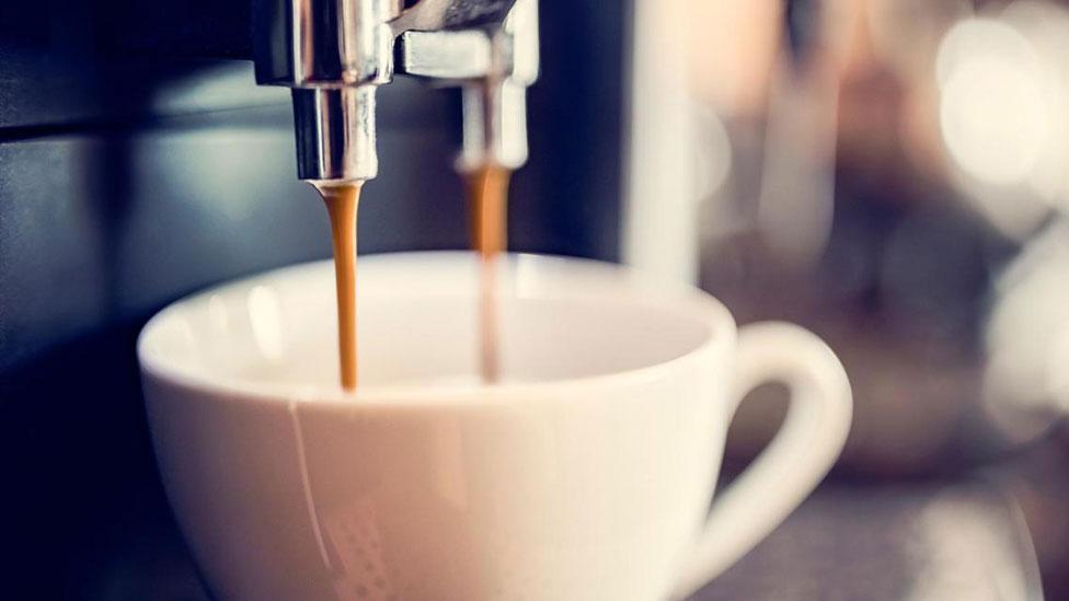 Máquina sirviendo café