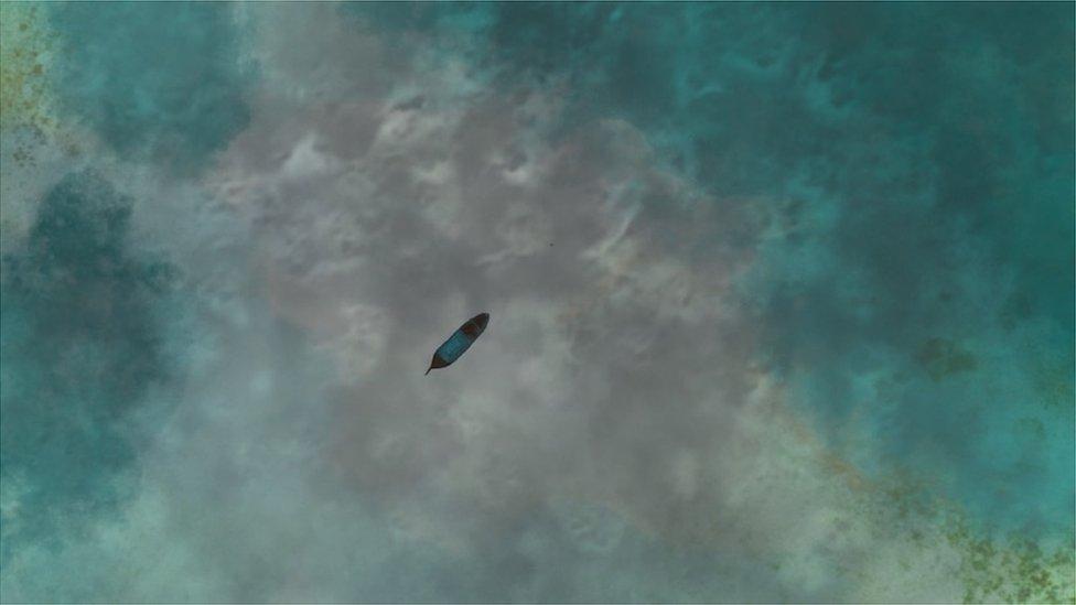 ظل القارب في عرض البحر نحو شهرين