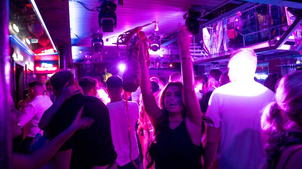Clientes del club nocturno Fibre en Leeds, Inglaterra