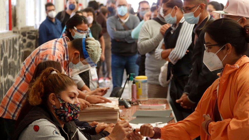 Entrega de papeletas en las elecciones legislativas de México.