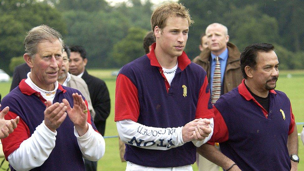 NO USAR, BBC El sultán de Brunei junto a los príncipes Carlos y William de Inglaterra, durante un torneo de polo.