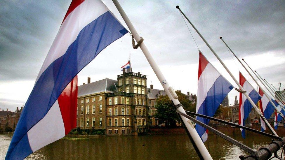 Barco con banderas neerlandesas en La Haya, Países Bajos.