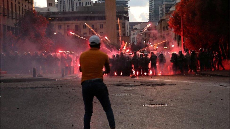 محتجون يرشقون الشرطة بالألعاب النارية.