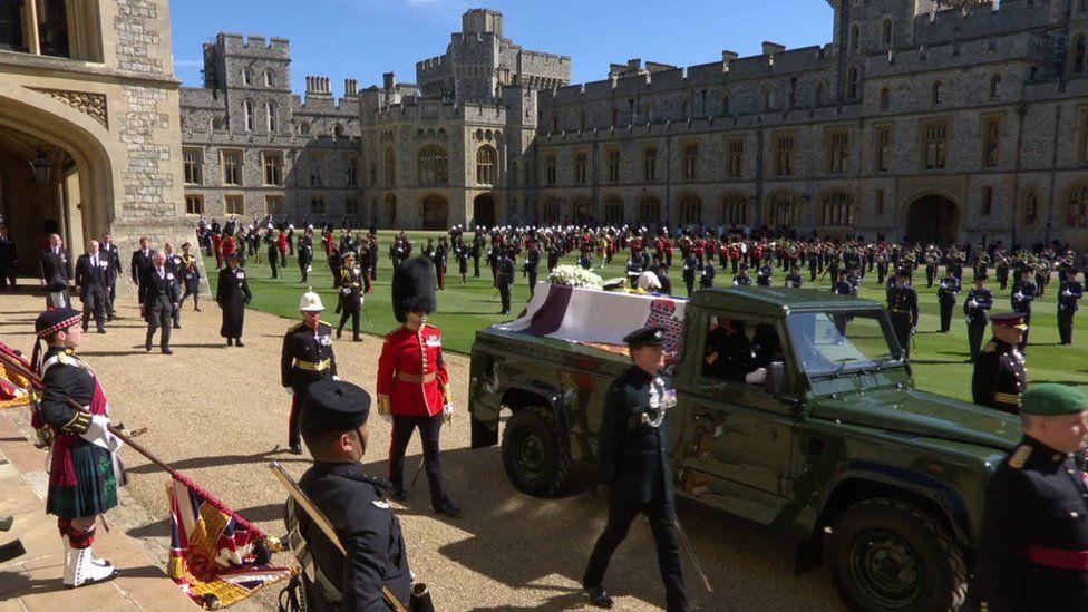 نعش الأمير فيليب محمولاً على سيارة لاندروفر معدلة، ساهم الدوق في تصميمها