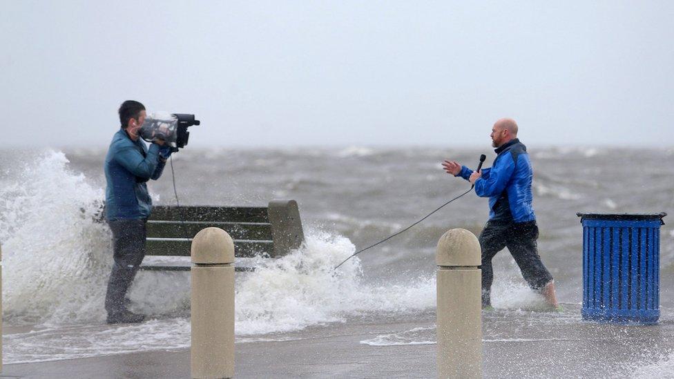 Novinska ekipa snima dok oluja nanosi talase iz jezera Pontčartrain