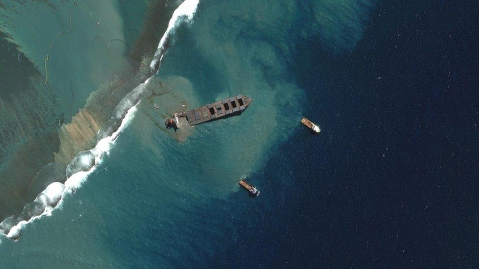 Imágenes satelitales muestran el momento en que el MV Wakashio comenzó a partirse el sábado.