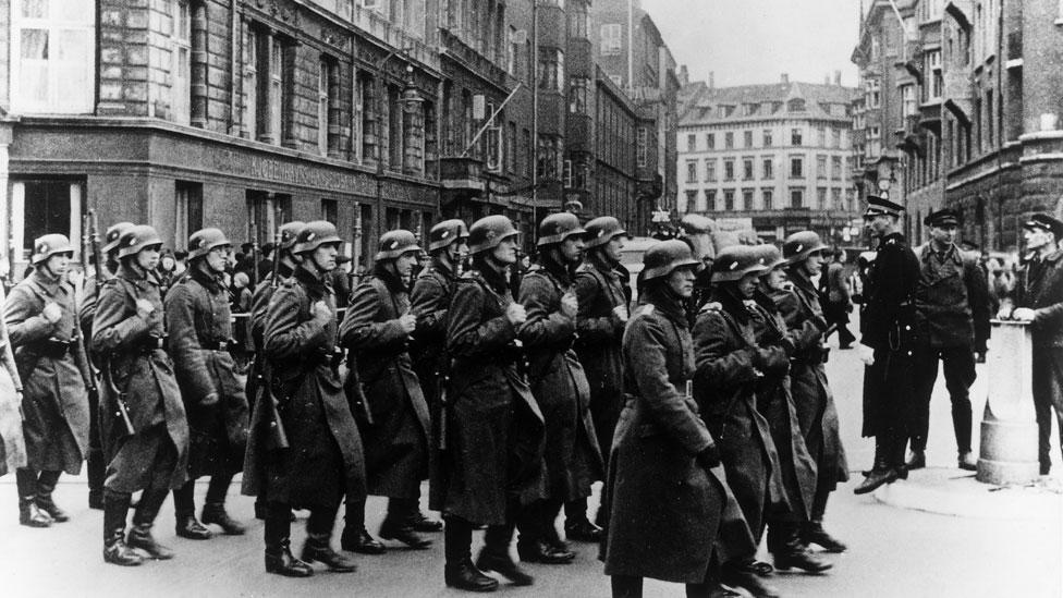 Soldados nazis marchan por Copenhague