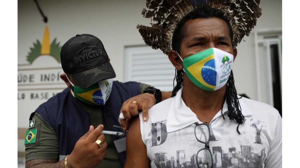 Agente de saúde do Distrito Sanitário Especial Indígena de Manaus administra vacina contra coronavírusa um indígena da Aldeia Makira, da etnia Mura nas margens do rio Urubu em Itacoatiara, Amazonas, 13 de fevereiro de 2021
