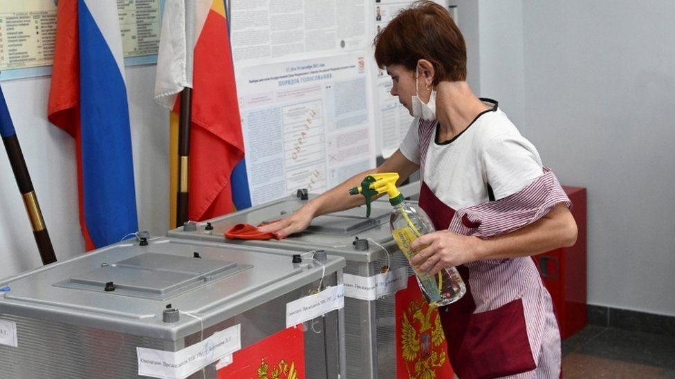 عاملة في لجنة انتخابية