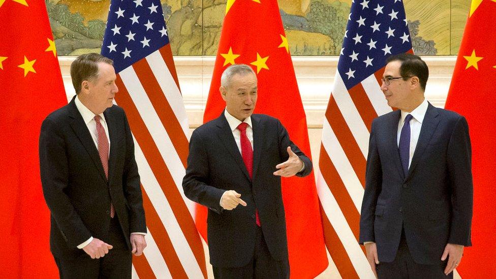 中美此前進行貿易談判時,中國副總理劉鶴(中)與美國貿易代表萊特希澤(左)和財政部長姆努欽(右)見面。