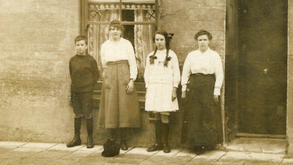 圖右的女子就是哈里斯的曾祖母安妮·戴維斯,與自己的孩子在樸次茅斯的房子外的合照。